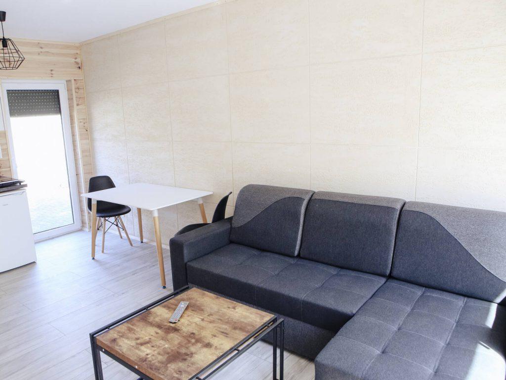 kanapa i stolik na parterze